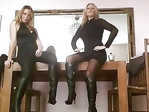 Blonde Leder Domina bringt ihre Freundin mit